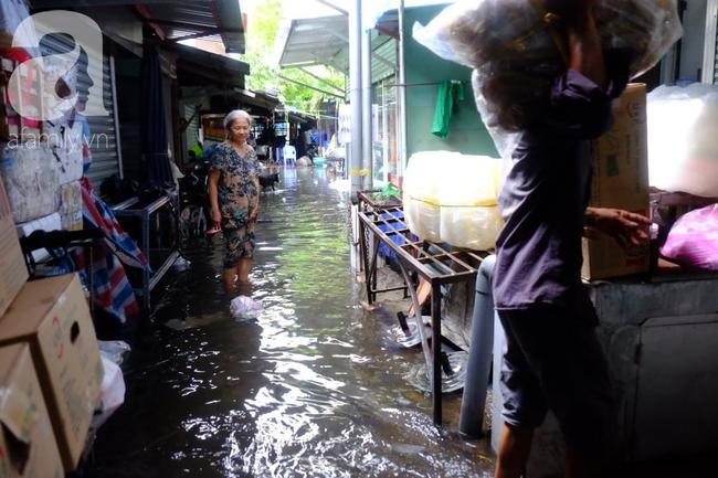 Nước ngập đến bàn thờ ông thần Tài sau mưa lớn ở TP.HCM: Người bì bõm tát nước, người bán buôn ế ẩm - Ảnh 15.