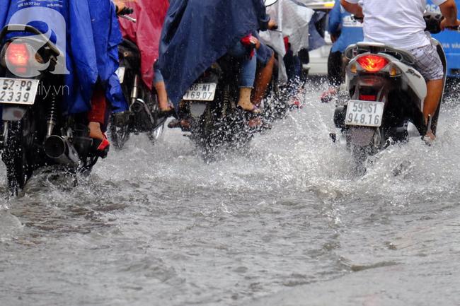 Nước ngập đến bàn thờ ông thần Tài sau mưa lớn ở TP.HCM: Người bì bõm tát nước, người bán buôn ế ẩm - Ảnh 17.