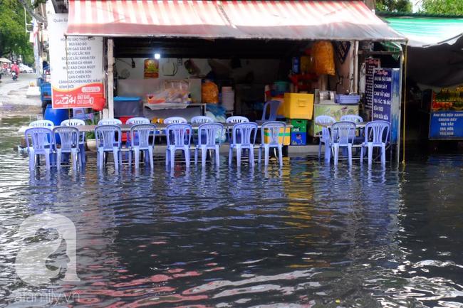 Nước ngập đến bàn thờ ông thần Tài sau mưa lớn ở TP.HCM: Người bì bõm tát nước, người bán buôn ế ẩm - Ảnh 4.