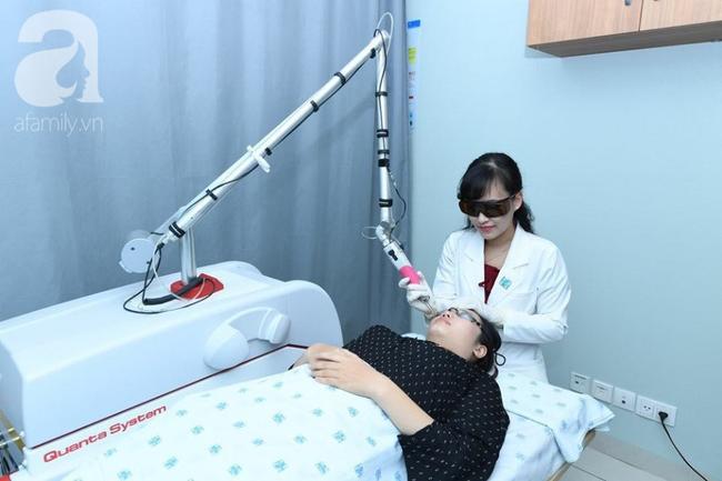 Bác sĩ đang điều trị lão hóa da cho người bệnh