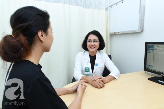 Chuyên gia Khoa Da liễu - Thẩm mỹ da BV ĐHYD đang thăm khám cho người bệnh 1