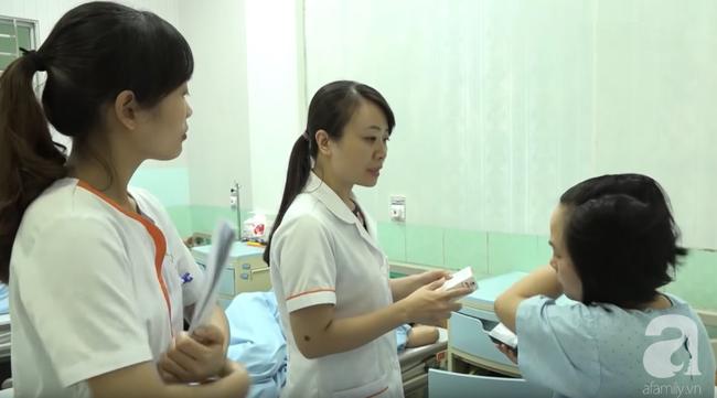BS Hiền thăm và dặn dò bệnh nhân tại buồng bệnh