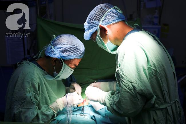 Hình ảnh Bác sĩ đang thực hiện phẫu thuật