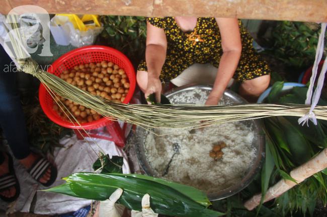 Xóm bánh ú tro lừng danh nửa thế kí ở Sài Gòn, đỏ lửa 5 ngày đêm nấu bánh dịp Tết Đoan Ngọ - Ảnh 7.