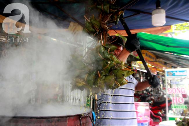 Xóm bánh ú tro lừng danh nửa thế kí ở Sài Gòn, đỏ lửa 5 ngày đêm nấu bánh dịp Tết Đoan Ngọ - Ảnh 14.
