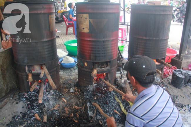 Xóm bánh ú tro lừng danh nửa thế kí ở Sài Gòn, đỏ lửa 5 ngày đêm nấu bánh dịp Tết Đoan Ngọ - Ảnh 11.