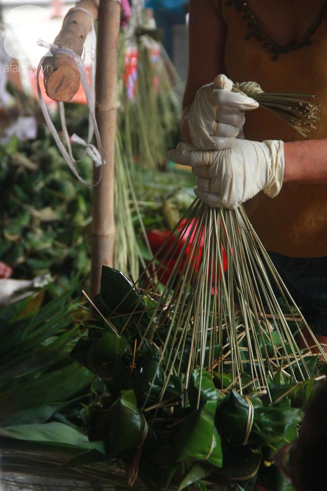 Xóm bánh ú tro lừng danh nửa thế kí ở Sài Gòn, đỏ lửa 5 ngày đêm nấu bánh dịp Tết Đoan Ngọ - Ảnh 5.