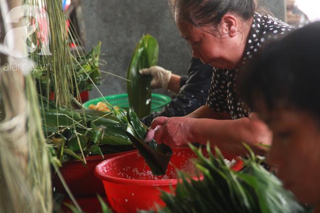 Xóm bánh ú tro lừng danh nửa thế kí ở Sài Gòn, đỏ lửa 5 ngày đêm nấu bánh dịp Tết Đoan Ngọ - Ảnh 9.