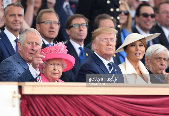 """Vừa được khen mặc đẹp, bà Melania Trump lại tụt điểm thời trang vì chiếc """"mũ phi thuyền""""  - Ảnh 4."""