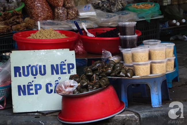 Tết Đoan Ngọ đã đến rất gần, khắp các chợ Hà Nội đều đã nhuộm tím cơm rượu nếp và đỏ sắc mận, vải - Ảnh 4.