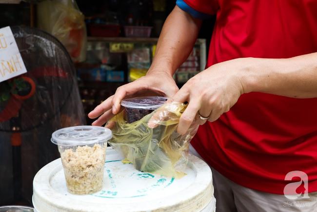 Tết Đoan Ngọ đã đến rất gần, khắp các chợ Hà Nội đều đã nhuộm tím cơm rượu nếp và đỏ sắc mận, vải - Ảnh 8.