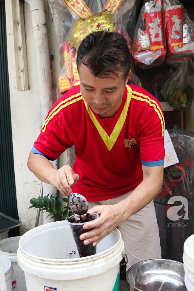 Tết Đoan Ngọ đã đến rất gần, khắp các chợ Hà Nội đều đã nhuộm tím cơm rượu nếp và đỏ sắc mận, vải - Ảnh 7.