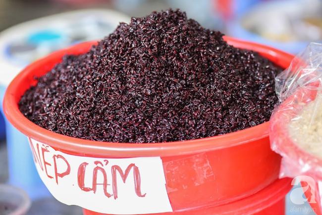 Tết Đoan Ngọ đã đến rất gần, khắp các chợ Hà Nội đều đã nhuộm tím cơm rượu nếp và đỏ sắc mận, vải - Ảnh 5.