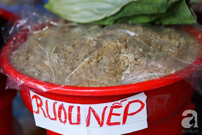 Tết Đoan Ngọ đã đến rất gần, khắp các chợ Hà Nội đều đã nhuộm tím cơm rượu nếp và đỏ sắc mận, vải - Ảnh 6.