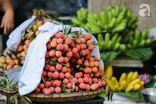 Tết Đoan Ngọ đã đến rất gần, khắp các chợ Hà Nội đều đã nhuộm tím cơm rượu nếp và đỏ sắc mận, vải - Ảnh 16.