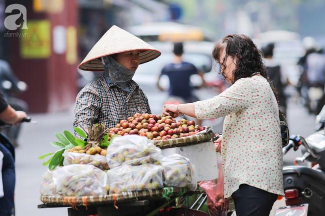 Tết Đoan Ngọ đã đến rất gần, khắp các chợ Hà Nội đều đã nhuộm tím cơm rượu nếp và đỏ sắc mận, vải - Ảnh 13.