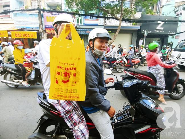 Người dân xếp hàng rồng rắn mua heo, vịt quay ăn Tết Đoan Ngọ, đường TP.HCM kẹt xe kinh hoàng - Ảnh 4.