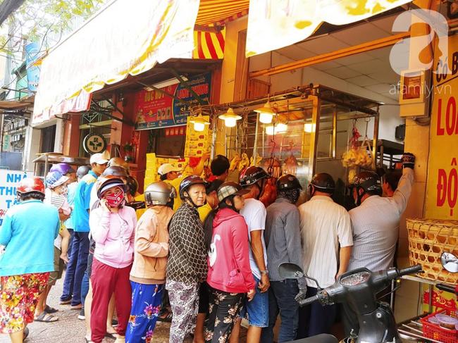Người dân xếp hàng rồng rắn mua heo, vịt quay ăn Tết Đoan Ngọ, đường TP.HCM kẹt xe kinh hoàng - Ảnh 8.