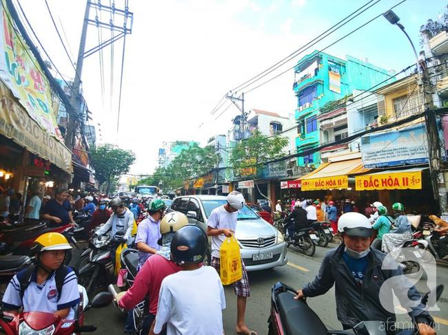 Người dân xếp hàng rồng rắn mua heo, vịt quay ăn Tết Đoan Ngọ, đường TP.HCM kẹt xe kinh hoàng - Ảnh 10.