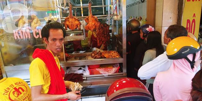 Người dân xếp hàng rồng rắn mua heo, vịt quay ăn Tết Đoan Ngọ, đường TP.HCM kẹt xe kinh hoàng - Ảnh 11.