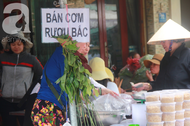 """Lá xông Miền tay vượt trăm cây số lên Sài Gòn, bánh ú tro """"cháy hàng"""" ngày Tết Đoan Ngọ - Ảnh 4."""