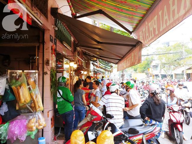 Người dân xếp hàng rồng rắn mua heo, vịt quay ăn Tết Đoan Ngọ, đường TP.HCM kẹt xe kinh hoàng - Ảnh 1.