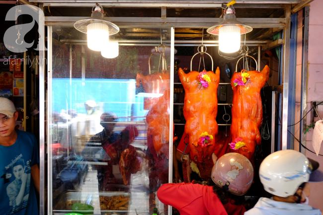 Người dân xếp hàng rồng rắn mua heo, vịt quay ăn Tết Đoan Ngọ, đường TP.HCM kẹt xe kinh hoàng - Ảnh 15.