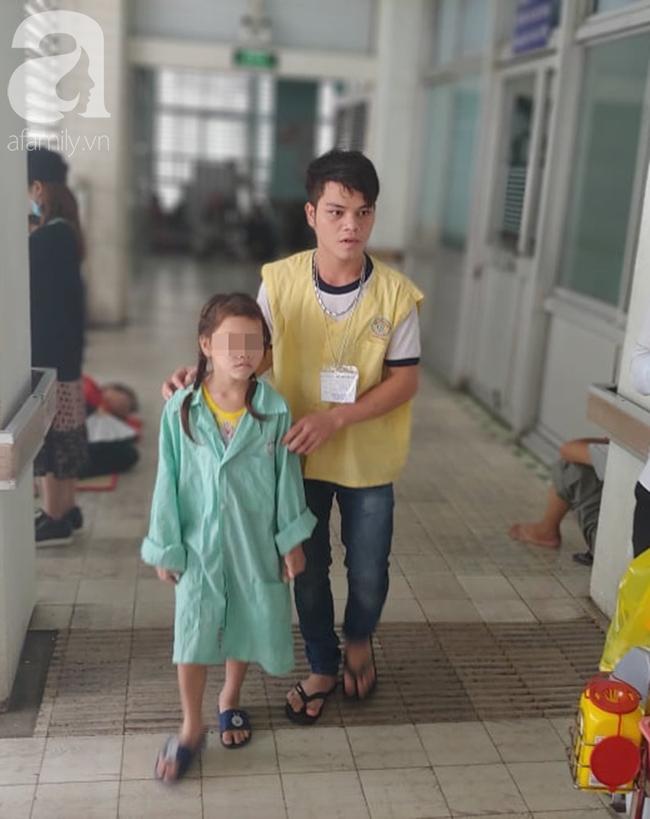 Bé gái 7 năm trời chịu đựng khối u hiểm ác xâm lấn lên não, cướp mất ánh sáng - Ảnh 7.