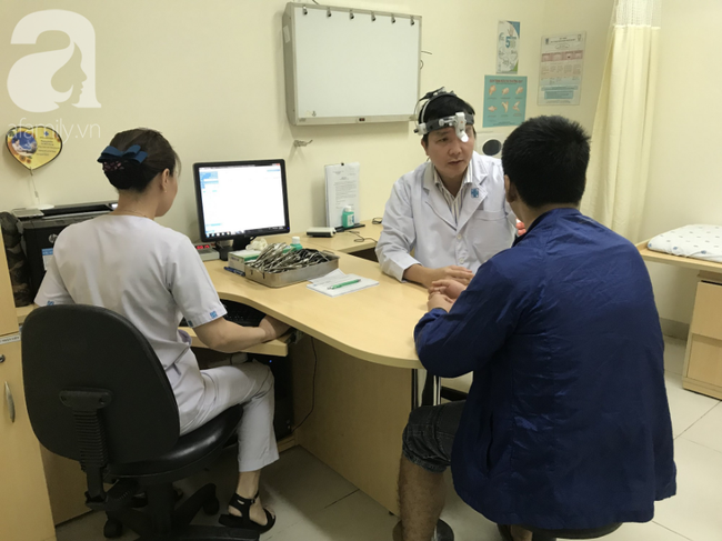 BS Lý Xuân Quang đang thăm khám cho người bệnh