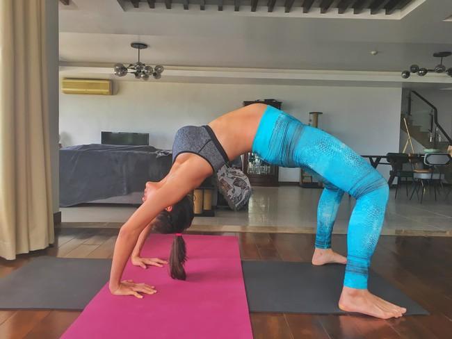 """MC Phương Mai xứng danh """"bà bầu táo bạo nhất"""" khi thực hiện động tác yoga cực khó ở tháng thứ 8 thai kỳ - Ảnh 1."""