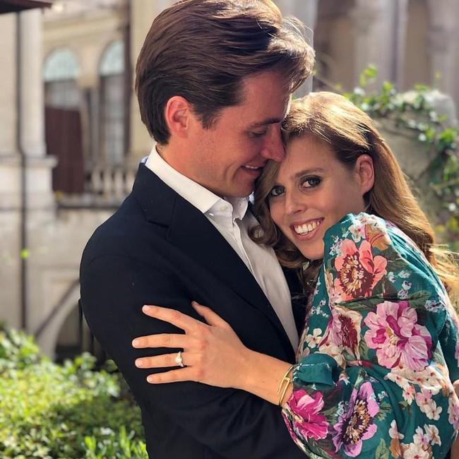 Công chúa Anh thông báo tin đính hôn, cả hai chị dâu Kate và Meghan Markle đều chung một phản ứng, làm dấy lên nghi vấn rạn nứt hoàng gia - Ảnh 1.