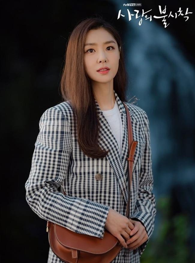 Crash Landing On You: Son Ye Jin đang bị hôn thê của Hyun Bin lấn lướt bằng style chanh sả, đúng chất tiểu thư Bắc Hàn?  - Ảnh 7.