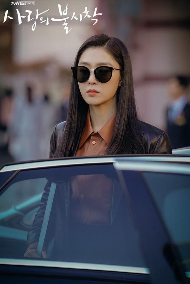 Crash Landing On You: Son Ye Jin đang bị hôn thê của Hyun Bin lấn lướt bằng style chanh sả, đúng chất tiểu thư Bắc Hàn?  - Ảnh 11.