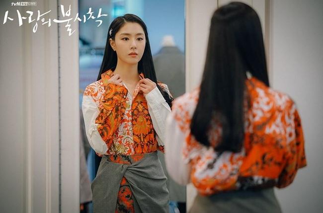 Crash Landing On You: Son Ye Jin đang bị hôn thê của Hyun Bin lấn lướt bằng style chanh sả, đúng chất tiểu thư Bắc Hàn?  - Ảnh 4.