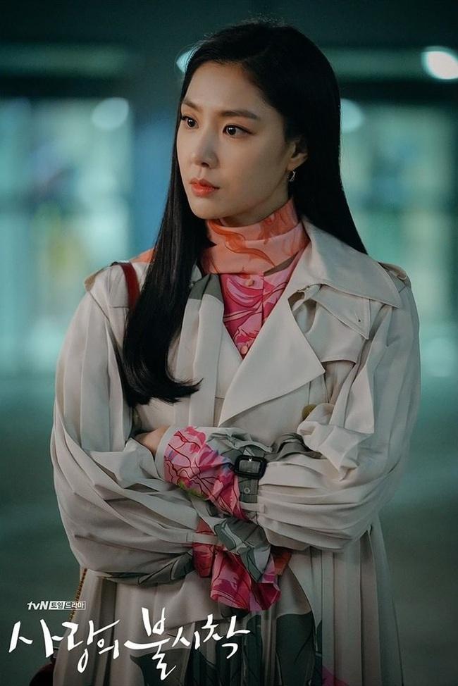 Crash Landing On You: Son Ye Jin đang bị hôn thê của Hyun Bin lấn lướt bằng style chanh sả, đúng chất tiểu thư Bắc Hàn?  - Ảnh 5.