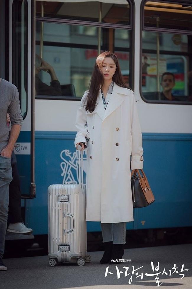 Crash Landing On You: Son Ye Jin đang bị hôn thê của Hyun Bin lấn lướt bằng style chanh sả, đúng chất tiểu thư Bắc Hàn?  - Ảnh 10.