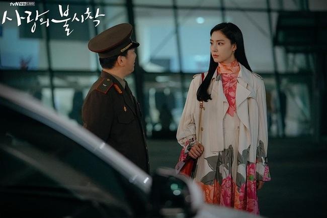 Crash Landing On You: Son Ye Jin đang bị hôn thê của Hyun Bin lấn lướt bằng style chanh sả, đúng chất tiểu thư Bắc Hàn?  - Ảnh 6.