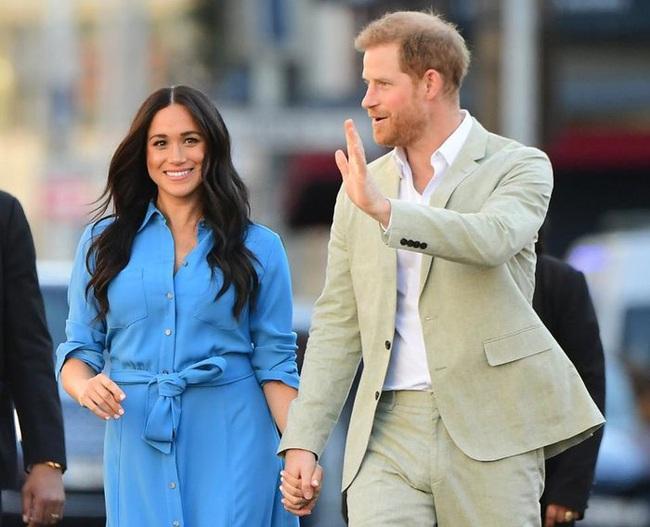 Vợ chồng Meghan Markle dính nghi án sắp bị loại khỏi Hoàng gia Anh bởi một loạt chi tiết bất thường - Ảnh 2.