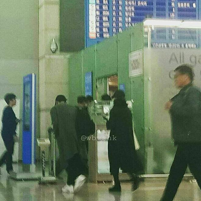 Lộ hình ảnh Song Joong Ki và Song Hye Kyo ra sân bay đi hưởng tuần trăng mật tại Châu Âu - Ảnh 1.