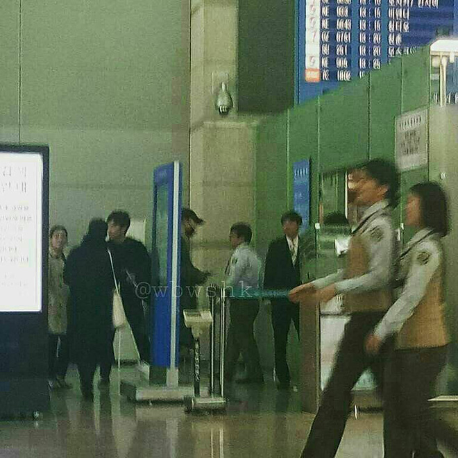 Lộ hình ảnh Song Joong Ki và Song Hye Kyo ra sân bay đi hưởng tuần trăng mật tại Châu Âu - Ảnh 2.
