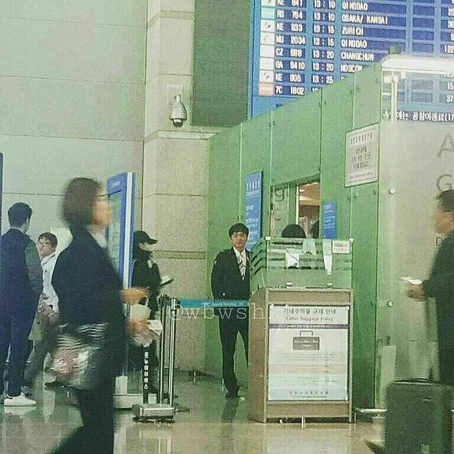 Lộ hình ảnh Song Joong Ki và Song Hye Kyo ra sân bay đi hưởng tuần trăng mật tại Châu Âu - Ảnh 3.