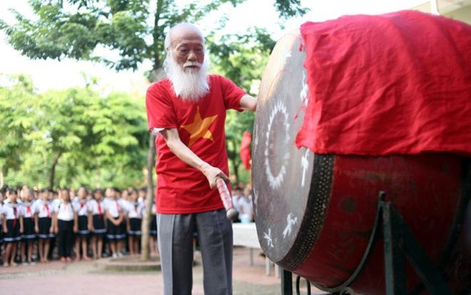 Tang lễ thầy Văn Như Cương: Học sinh trường Lương Thế Vinh hát khi linh cữu đi qua - Ảnh 42.