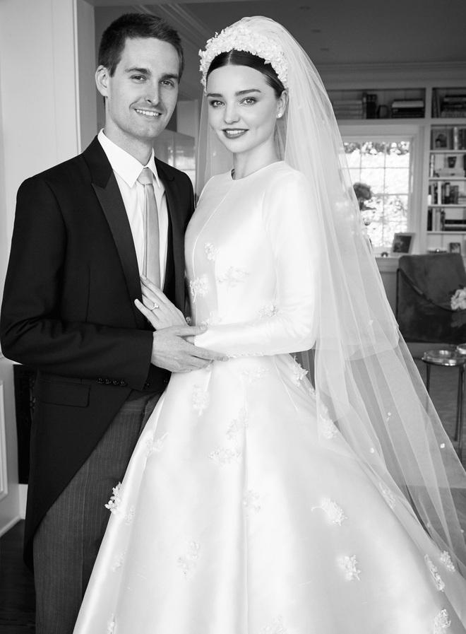Câu chuyện đằng sau chiếc váy cưới kín như bưng mà Miranda Kerr mặc tại đám cưới lần thứ 2 - Ảnh 2.