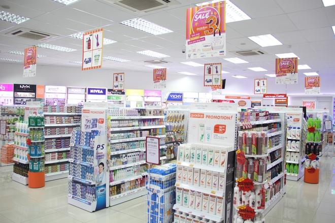 Dạo quanh siêu thị cũng kiếm được kha khá mỹ phẩm chăm sóc da hàng ngoại mà giá cả rất bình đân  - Ảnh 1.