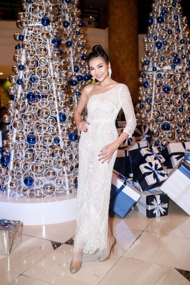 Mẹ chồng Thanh Hằng diện đầm lệch vai quyến rũ - Ảnh 1.