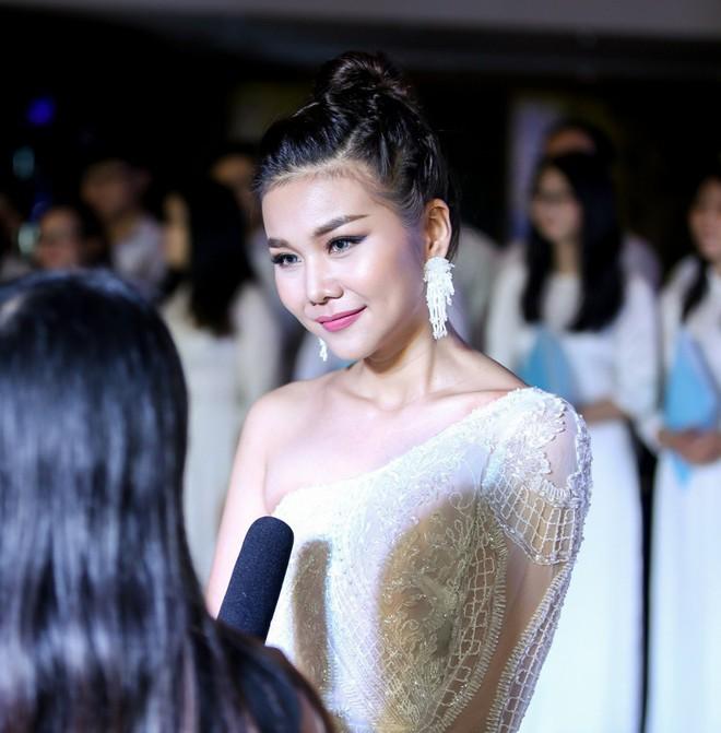 Mẹ chồng Thanh Hằng diện đầm lệch vai quyến rũ - Ảnh 3.