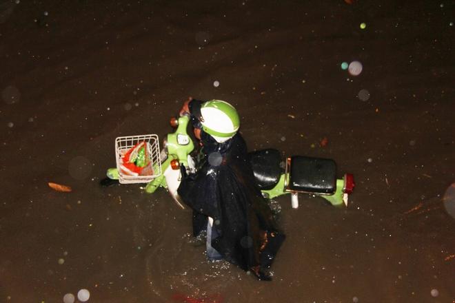 Ngập lớn, người Sài Gòn vật vã lội nước về nhà trong mưa - Ảnh 1.