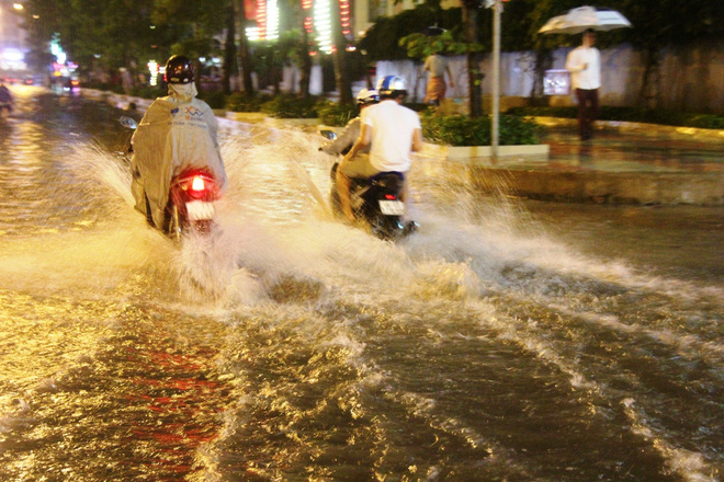 Ngập lớn, người Sài Gòn vật vã lội nước về nhà trong mưa - Ảnh 6.