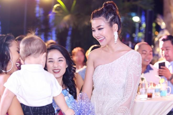 Mẹ chồng Thanh Hằng diện đầm lệch vai quyến rũ - Ảnh 4.