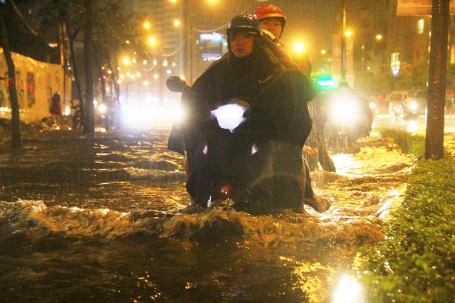 Ngập lớn, người Sài Gòn vật vã lội nước về nhà trong mưa - Ảnh 11.